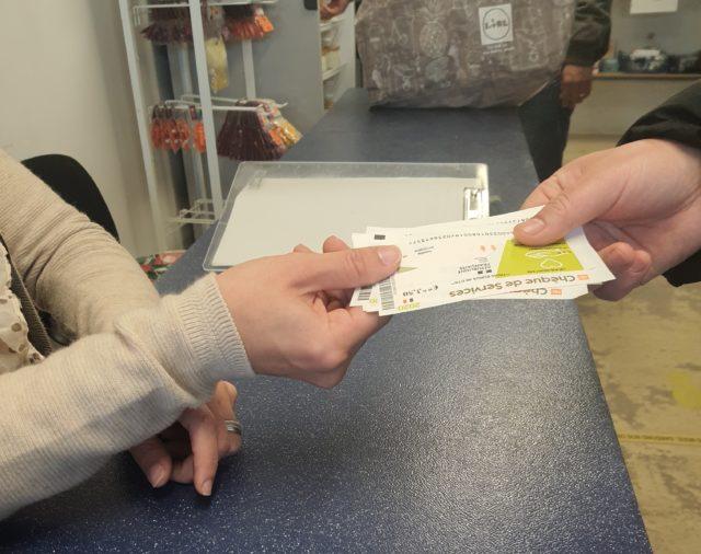"""Crise sanitaire, l'Etat offre des """"chèques services"""" pour aider les sans-abri"""